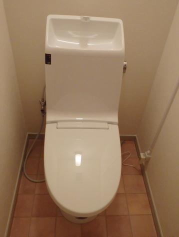 LIXIL(INAX)アメージュZシャワートイレAM2『GBC-360PU+DT-M182PM』 色は『#BW1_ピュアホワイト』です。 [内装材:クッションフロア(HM-2096)、壁紙(壁:SP-9909)]